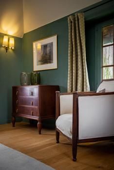 Personnalisation d'intérieur d'une chambre dans une maison Normande réalisé par www.chezvousdeco.com
