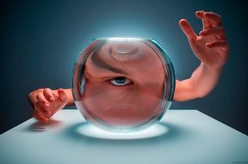 Photographie sur la symétrie avec un effet de lentille réalisé avec un bocal d'eau