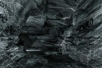 Photographie originale de l'intérieur d'une grotte en pause longue avec un éclairage au laser rotatif