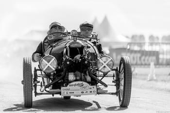 Photographie d'une voiture ancienne lors du Rétro Festival